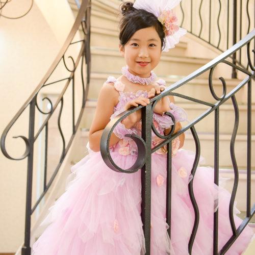 7歳 女の子 七五三  ピンクドレス 螺旋階段